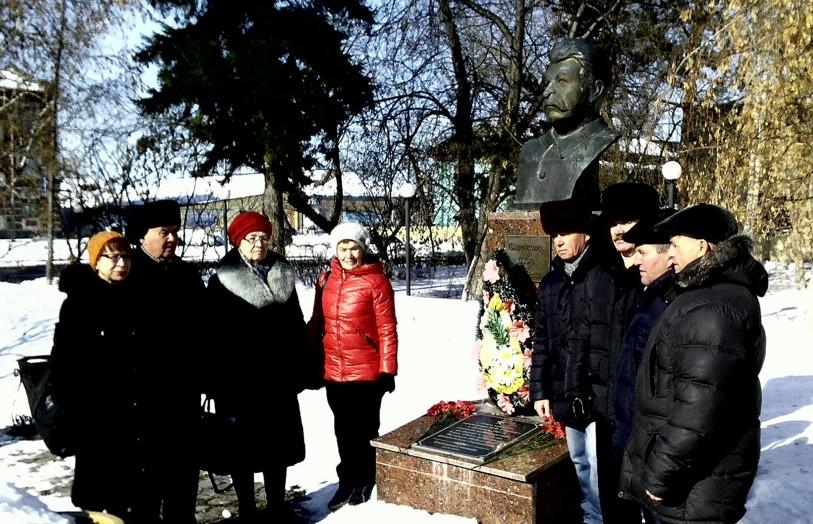 Ишимские  коммунисты возложили  цветы к памятнику И.В. Сталину