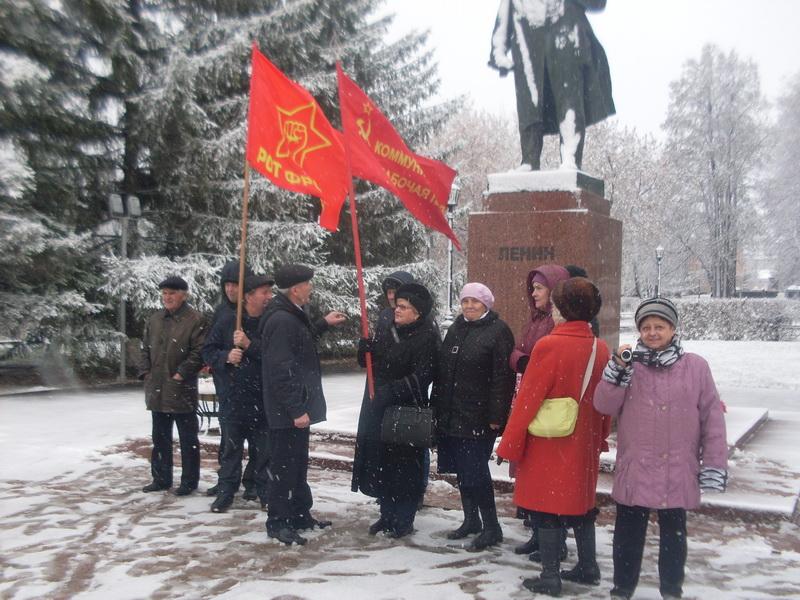 Ишимские коммунисты у памятника Ленину в честь 100-летия комсомола