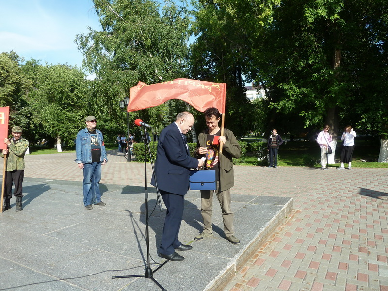 А.К. Черепанов вручает партийный билет РКРП-КПСС М.Н. Салихову