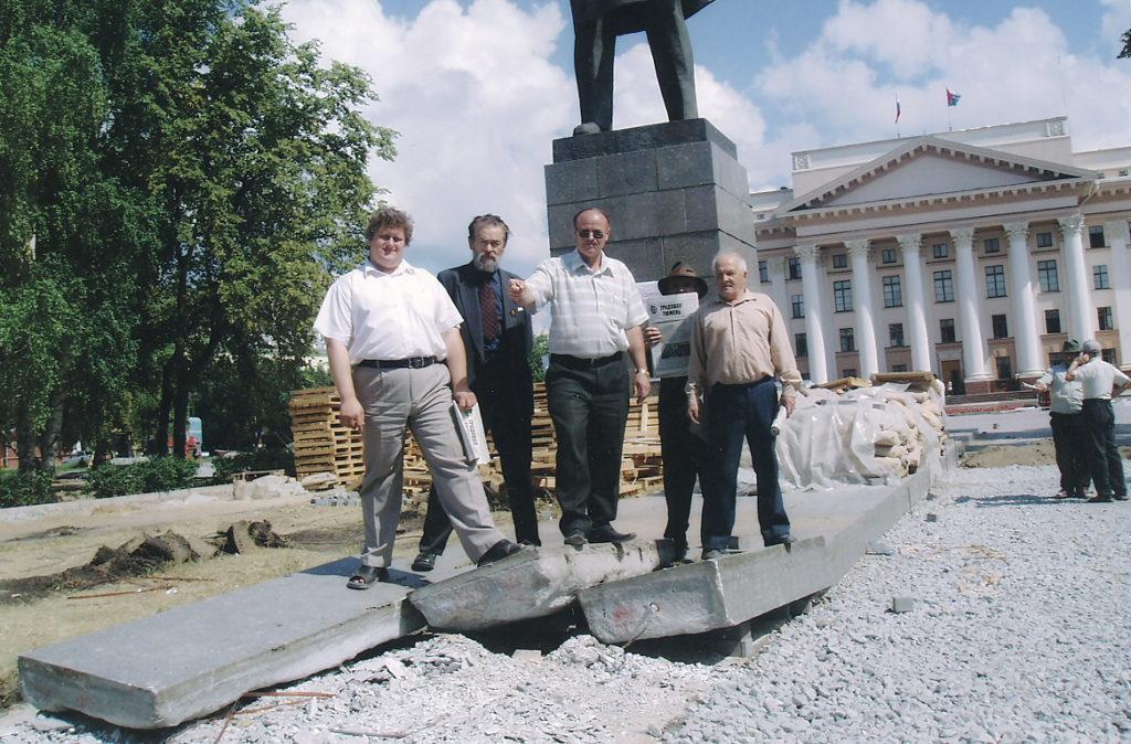 Защита коммунистами РКРП памятника В.И. Ленину от переноса в Тюмени в 2004 году. А.К. Черепанов