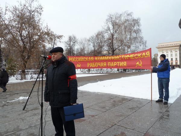 Первым на митинге выступает первый секретарь Тюменского обкома РКРП-КПСС Александр Киприянович Черепанов.