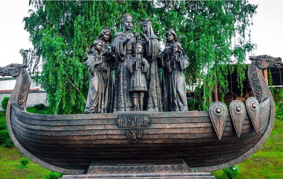 Памятник гражданину Романому и его семье в Тюмени